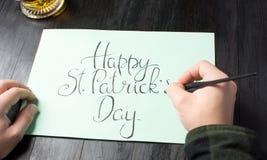 写一张愉快的圣帕特里克天书法卡片 免版税库存照片