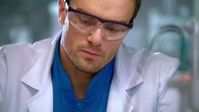 写下与笔的科学家一些数据 做笔记的科学家手 股票视频