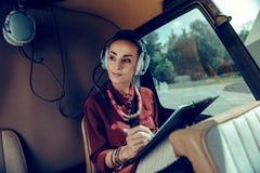写下笔记的繁忙的悦目女实业家在片剂 库存图片