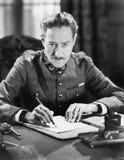写与枪的战士一封信在他旁边(所有人被描述不更长生存,并且庄园不存在 供应商warr 免版税库存照片
