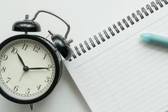 写与笔和书的日志书 免版税库存照片