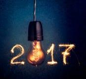 2017年写与闪闪发光烟花和电灯泡,摘要20 图库摄影