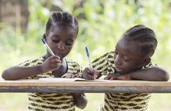 写两个年轻非洲的女孩户外 库存图片