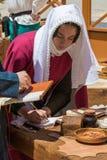 写书法的中世纪抄写员 免版税库存图片