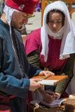 写书法的中世纪抄写员 库存图片