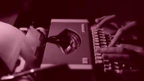 写书的作者在葡萄酒打字机,黑白 股票录像