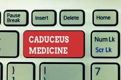 写众神使者的手杖医学的手写文本 概念用于医学的意思标志而不是Asclepius的标尺 库存照片
