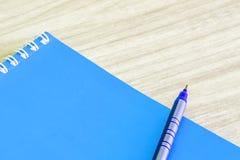写作蓝色和空白的蓝皮书空的盖子书螺旋文具学校用品 免版税库存照片