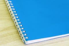 写作蓝色和空白的蓝皮书空的盖子书螺旋文具学校用品 免版税库存图片