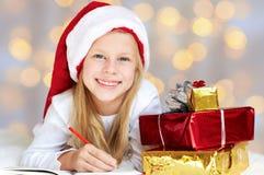 写信的小女孩给圣诞老人 库存图片