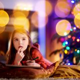 写信的逗人喜爱的小女孩给圣诞老人由壁炉在圣诞节 库存照片