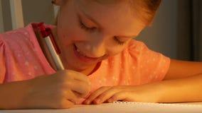 写儿童夜视图,学习女孩的画象,学会,学校家庭作业4K 影视素材