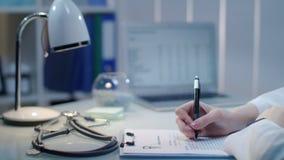 写医学化验结果的医生手 医疗附注 医疗保健产业 股票录像