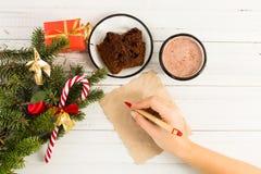 写圣诞节信的妇女手 库存照片