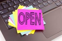 写在便携式计算机键盘做的在办公室特写镜头开放文本 商店开头车间的企业概念关于黑色 免版税库存图片