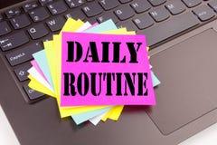 写在便携式计算机键盘做的在办公室特写镜头每日定期文本 准确性做法的Worksh企业概念 免版税库存图片