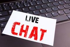 写在便携式计算机键盘做的在办公室特写镜头活闲谈文本 聊天的通信的Digita企业概念 库存照片