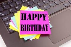 写在便携式计算机键盘做的在办公室特写镜头生日快乐文本 周年庆祝的企业概念 免版税库存图片