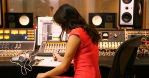写在剪贴板的女性音频工程师 股票视频