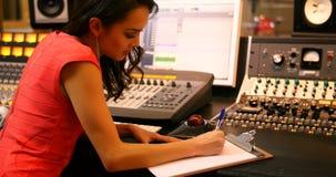 写在剪贴板的女性音频工程师 股票录像