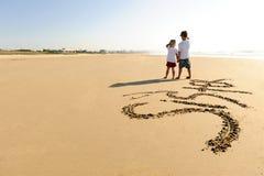 写在沙子的孩子 免版税库存照片