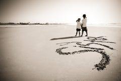 写在沙子的孩子 免版税库存图片