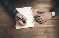 写在笔记薄在木书桌 库存图片