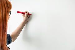 写在whiteboard的女实业家的播种的图象在创造性的办公室 免版税库存照片