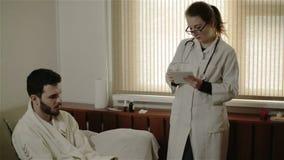 写处方的一位年轻医生为一个人 股票录像