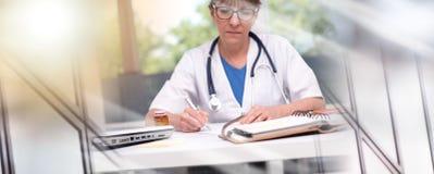 写处方的女性医生 r 免版税库存照片