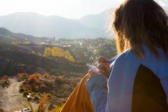写她的想法的女性旅客在日落 免版税库存图片