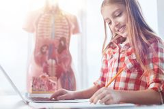 写总结的勤勉精采学生 免版税库存照片