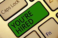 写您关于的手写文本被聘用 意味新的工作被使用的新手征的被接受的被吸收的键盘绿色钥匙的概念 库存图片