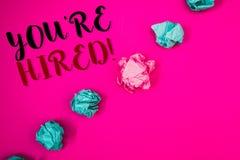 写您的手写文本是被聘用的诱导电话 意味新的雇员被吸收的工作者的概念选择 库存图片