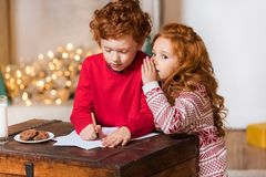 写愿望的孩子为圣诞老人 免版税库存照片
