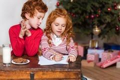 写愿望的孩子为圣诞老人 图库摄影