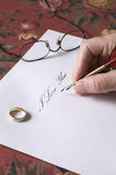 写我爱你笔记的人 库存图片