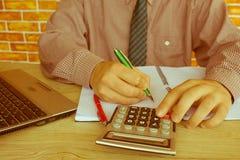 写报告,计算或者检查平衡的商人财政审查员和秘书 国税局检查ch 免版税库存图片