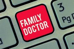写文本家庭医生的词 Provide全面医疗保健的企业概念显示的所有年龄 库存照片