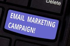 写文本电子邮件市场活动的词 电子邮件的企业概念被送到一个潜在或当前顾客键盘 免版税图库摄影