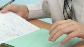 写文本的男小学生在习字簿 股票录像