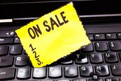 写文本的词在销售中 机会的企业概念买事准备好更加便宜的折扣被购买 免版税图库摄影