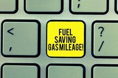 写文本节约燃料汽油里程的词 消费的较少金钱企业概念在车费用供气储款 库存图片