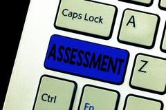 写文本评估的词 判断的某事的决定的数额价值质量重要性企业概念 库存图片