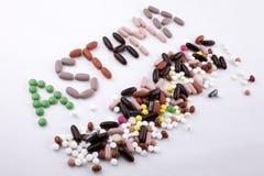 写文本说明启发卫生保健健康概念的手写与药片药物胶囊词哮喘在白色 免版税图库摄影