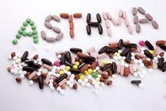 写文本说明启发卫生保健健康概念的手写与药片药物胶囊词哮喘在白色 库存照片