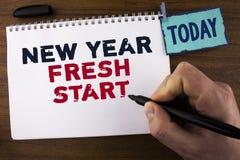 写新年崭新的开始的手写文本 概念平时跟随决议提供援助人写的梦想工作在没有 库存图片