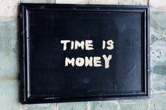 写显示时间的笔记是金钱 企业照片陈列的时间是一种可贵的资源一样迅速做事 库存照片