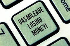 写显示汽油里程丢失的金钱的笔记 陈列漫长的路高气体燃料的企业照片花费经济损失 库存照片