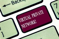 写显示虚拟专用网络的笔记 使用公开导线,被修建的企业照片陈列的网络 免版税图库摄影